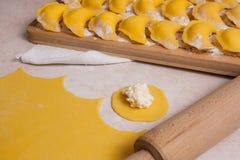 Fermez-vous vers le haut de la vue du morceau rond de fromage du pâte et blanc ou de lait caillé image stock