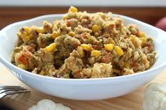 Fermez-vous vers le haut de la vue du riz de chou-fleur avec des légumes Riz organique de chou-fleur de vegan avec les pois, la c photos libres de droits