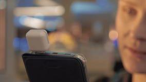 Fermez-vous vers le haut de la vue du smartphone chez des mains de la femme avec le boîtier de protection spécial pour payer la c banque de vidéos