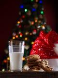 Fermez-vous vers le haut de la vue du verre de lait avec des biscuits Image stock