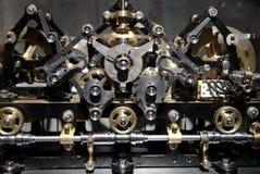 Fermez-vous vers le haut de la vue du vieux mécanisme de trains d'horloge Image libre de droits