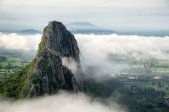 Fermez-vous vers le haut de la vue de Khao ni avec le brouillard pendant le matin dans Nakhon Sawan, Thaïlande photographie stock