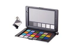 Fermez-vous vers le haut de la vue de l'équipement de contrôleur de couleur du photographe professionnel photographie stock libre de droits