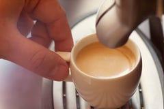 Fermez-vous vers le haut de la vue de la main d'un homme travaillant dans un café pré Photo stock