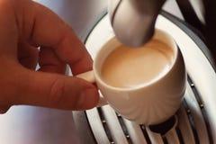 Fermez-vous vers le haut de la vue de la main d'un homme travaillant dans un café pré Photos stock