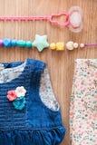 Fermez-vous vers le haut de la vue supérieure de la robe de la fille de jeans Image stock