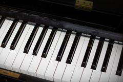 Fermez-vous vers le haut de la vue supérieure des clés de piano Images libres de droits