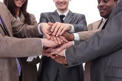 Fermez-vous vers le haut de la vue supérieure des gens d'affaires mettant leur togethe de mains Photographie stock