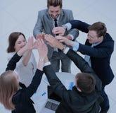 Fermez-vous vers le haut de la vue supérieure des gens d'affaires mettant leur togethe de mains Photographie stock libre de droits