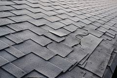 Fermez-vous vers le haut de la vue sur Asphalt Roofing Shingles Background Bardeaux de toit - toiture Dommages de toit de bardeau photographie stock libre de droits