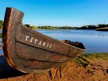 Fermez-vous vers le haut de la vue sur le bateau à rames sur le rivage avec de l'eau à l'arrière-plan photo libre de droits