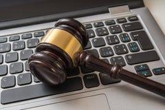 Fermez-vous vers le haut de la vue sur le clavier de marteau et d'ordinateur Concept de lois sur les valeurs mobilières d'Interne image libre de droits