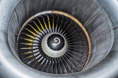 Fermez-vous vers le haut de la vue sur une turbine d'avion de pièce Photo stock