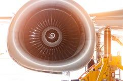 Fermez-vous vers le haut de la vue sur une turbine d'avion de pièce Image stock