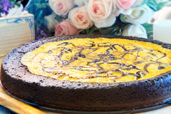 Fermez-vous vers le haut de pleine grande livre de gâteau au fromage de 'brownie' du plat en bois décembre Photo stock