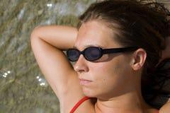 Fermez-vous vers le haut de se baigner de soleil de femme photo libre de droits