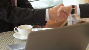 Fermez-vous vers le haut de se serrer la main dans un restaurant banque de vidéos