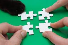 Trois personnes et chats avec le puzzle Photos stock