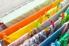 Fermez-vous vers le haut des agrafes de dessiccateur et de plastique de vêtements image libre de droits