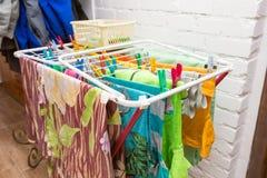 Fermez-vous vers le haut des agrafes de dessiccateur et de plastique de vêtements photographie stock