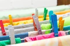 Fermez-vous vers le haut des agrafes de dessiccateur et de plastique de vêtements photographie stock libre de droits