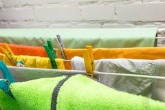 Fermez-vous vers le haut des agrafes de dessiccateur et de plastique de vêtements image stock