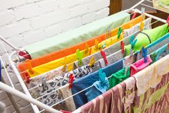 Fermez-vous vers le haut des agrafes de dessiccateur et de plastique de vêtements photo stock