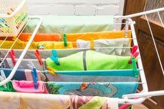 Fermez-vous vers le haut des agrafes de dessiccateur et de plastique de vêtements images stock