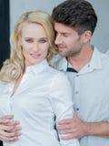 Fermez-vous vers le haut des amants doux de Moyen Âge dans le vêtement blanc Photo stock