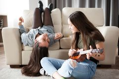 Fermez-vous vers le haut des amies dans le salon ayant l'amusement Photo libre de droits