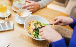 Fermez-vous vers le haut des amis dînant au restaurant Image libre de droits
