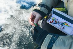 Fermez-vous vers le haut des articles de pêche et de l'équipement de glace concept de vacances et de personnes d'hiver Image stock