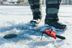Fermez-vous vers le haut des articles de pêche et de l'équipement de glace concept de vacances et de personnes d'hiver photo stock