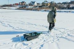 Fermez-vous vers le haut des articles de pêche et de l'équipement de glace concept de vacances et de personnes d'hiver Image libre de droits