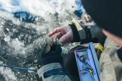 Fermez-vous vers le haut des articles de pêche et de l'équipement de glace concept de vacances et de personnes d'hiver Photos libres de droits