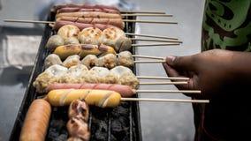 Fermez-vous vers le haut des bâtons grillés de boulette de viande sur le fourneau Photographie stock libre de droits