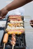 Fermez-vous vers le haut des bâtons grillés de boulette de viande sur le fourneau Images libres de droits