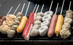 Fermez-vous vers le haut des bâtons grillés de boulette de viande sur le NO1 de fourneau Photographie stock libre de droits