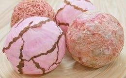 Fermez-vous vers le haut des boules de papier décoratives sur le plateau en bois Photographie stock libre de droits