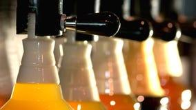 Fermez-vous vers le haut des bouteilles en plastique remplies de sorte différente de bière banque de vidéos