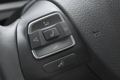 Fermez-vous vers le haut des boutons d'un contrôle de volant de véhicule Images stock