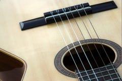 Fermez-vous vers le haut des chaînes de caractères classiques de guitare Photographie stock libre de droits