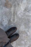 Fermez-vous vers le haut des chaussures noires sur la surface en caoutchouc foncée Photo stock