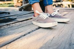 Fermez-vous vers le haut des chaussures sur le bois Image stock
