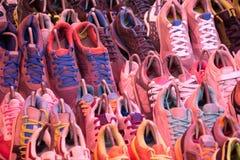 Fermez-vous vers le haut des chaussures utilisées à vendre dans la boutique Photos libres de droits