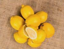 Fermez-vous vers le haut des citrons détaillés avec de la salade sur une toile Photo stock
