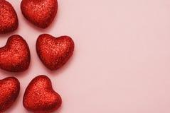 Fermez-vous vers le haut des coeurs rouges au-dessus du fond rose avec l'espace de copie Valentine Day Template Greeting Cart heu Photo stock