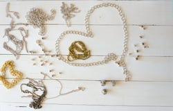 Fermez-vous vers le haut des colliers et des chaînes d'or Configuration fabriquée à la main d'appartement d'éléments de bijoux en Photo libre de droits