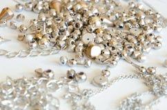 Fermez-vous vers le haut des colliers et des chaînes d'or Configuration fabriquée à la main d'appartement d'éléments de bijoux en Photographie stock libre de droits