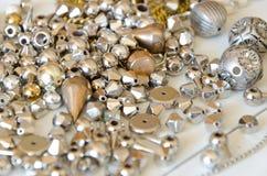 Fermez-vous vers le haut des colliers et des chaînes d'or Configuration fabriquée à la main d'appartement d'éléments de bijoux en Photo stock